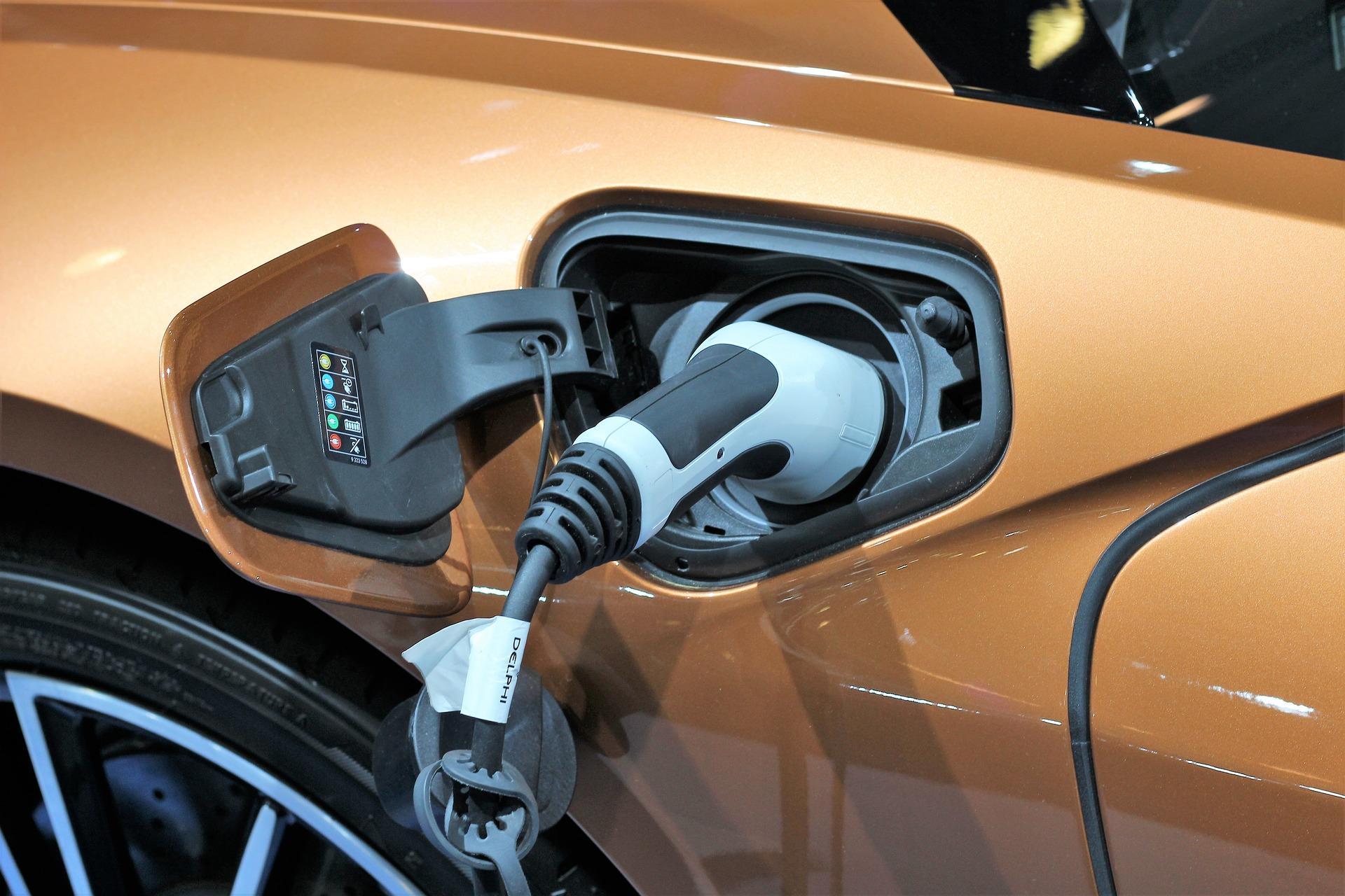Une voiture hybride en train de charger